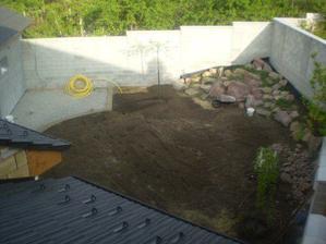 uz jsme pokrocili i na dvore-pripraveno na pokladku dlazby a hlina pripravena na nazeni rostlin a travy:-)