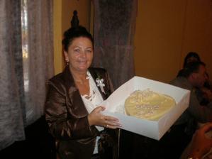 moje maminka s dekovacim dortem od nevesty