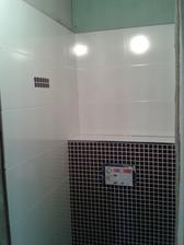 Mozaika na záchodě... Museli jsme ji dát takto, jelikož vodaři neusadili WC na střed....