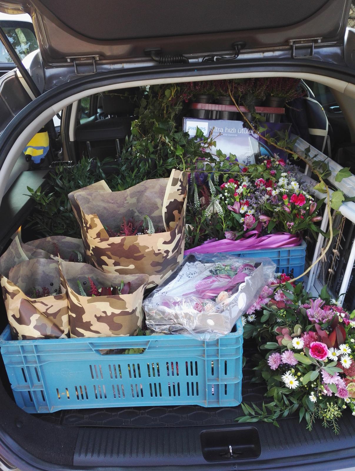 Kristina Pôbišová{{_AND_}}Viktor Vinklárek - paní floristka nás opravdu vybavila...plný auto a na kufru jsem seděla :D