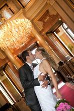 Novomanželé v obřadní síňi