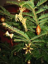 tento rok nie je na stromceku ani jedna stara ozdoba... vsetko nove nakoniec  :)  kvoli farebnosti - skoricovo zlata...