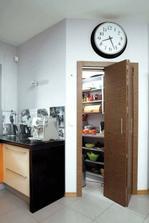 Dvere do špajze bude vidiet aj z jedalne a obyvacky, takze ich chceme pekne.. asi nieco taketo, zladene s ostatnými dverami...aj zadverie bude mat taketo dvere, len asi s časti presklene..