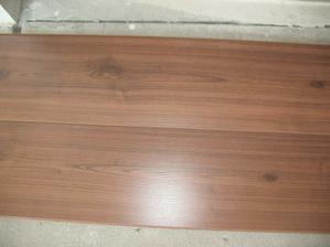Podlaha do obyvacky , jedalne a chodby je uz doma:) Orech, Kaindl One :) je krasny a je s drážkou...