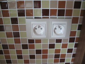 Zastrcky v kuchyni...jedna mozaika na celej stene je krivo a zrovna tu :-D he he nevadi, je to vedla rolety, nevidno to :)