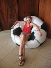 Dcera chce do izby toto.....baba a futbalova lopta??? vraj sa na tom super sedí...alebo skor lezi??