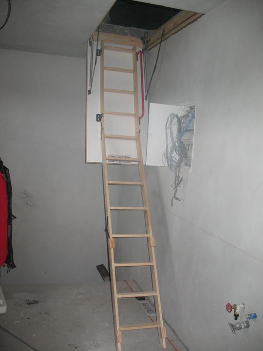 Schody pod povalu.. este nie su uplne hotove a treba ich skratit :)