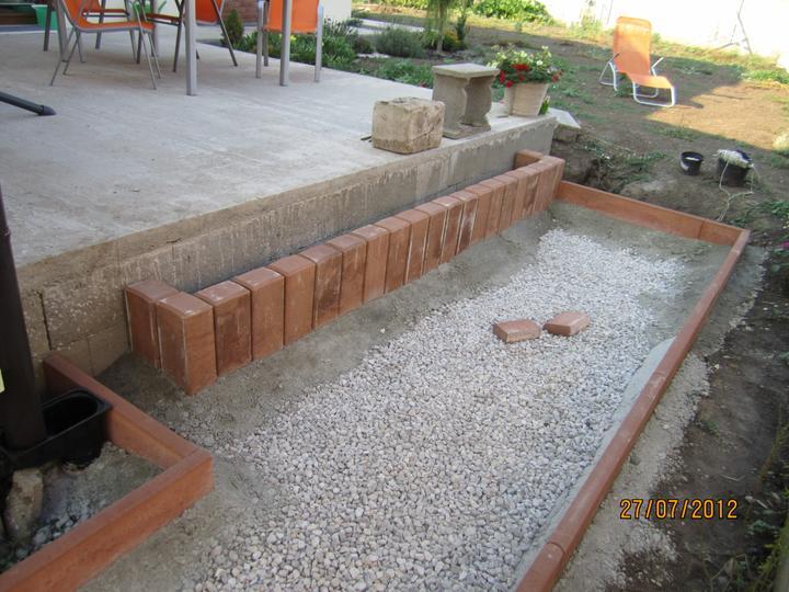 Bývame a dokončievame - nachystany schodik na terasu.. sice palisadovy som nechcela, ale mojmu chlapovi sa nechcelo šalovať a  betonovať ... co uz.. snad to bude dobre.. dlažna na terase bude tiez tehlova