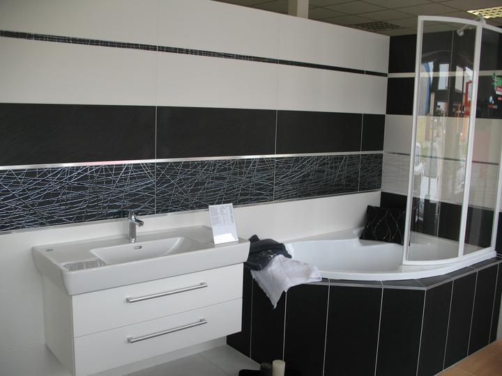 Inšpirácie - tiez novinka, drahsi obklad,ale aj fakt luxusne posobi..seria Castilla blanco+ negro, dekor Astroga 6 blanco a negro