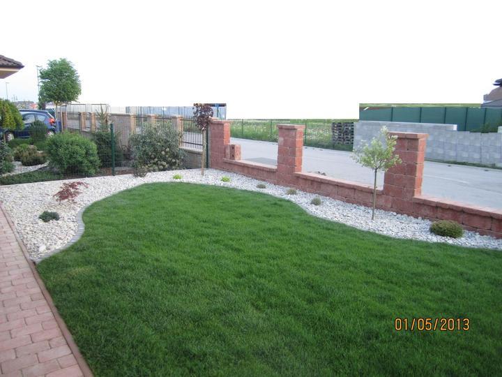 Bývame a dokončievame - predzahradka sa uz rysuje :) nalavo este pribudnu nejake rastliny do rohu... a do 3t by mal byt snad aj plot :)