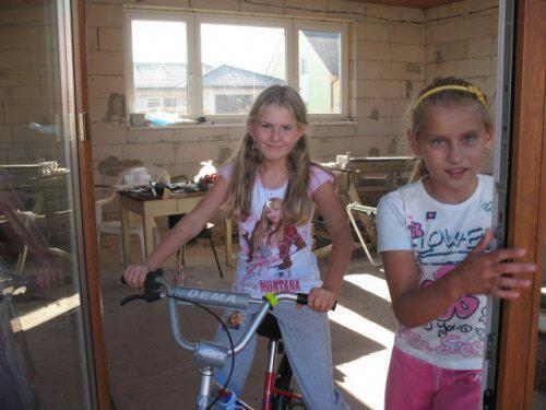 Už premyslame nad zariadením.. - V obyvacke sa super bicykluje :-))... nase dve cvérenky tretiacky