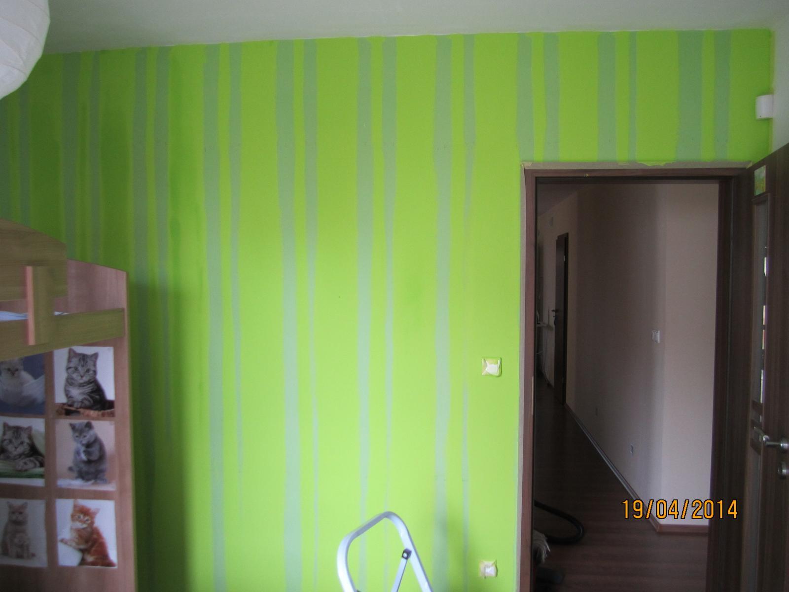 Detska - studentska izba - tak a po vyse 3 rokoch je cas  zmenu...stena uz  bola taka upatlana... tak som sa dala na velkonočnú vyzvu....  namalovat stenu ako TAPETU