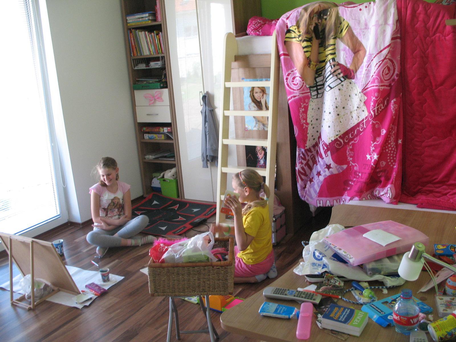 Detska - studentska izba - aj takto to moze vyzerať, ked sa dve herečky zacnu hrať... sodoma gomora, cecilko. navytahovali vsetko mozne.. vsade... este ja bunker je....nastastie to upratali... bordel v byte, stastne díte :) ved aha ako sa smeju :)