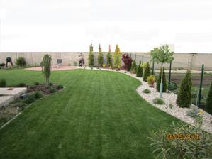 pohlad od terasky..zahrada ma necely rok..... cast nalavo sa bude robit, rozsirovat beton o pol metra. preto tam je hlina...