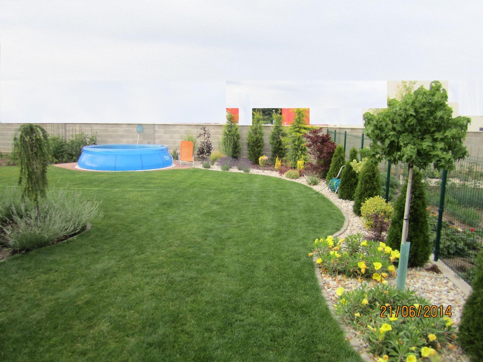 Bývame a dokončievame - O mesiac.. vsetko poskočilo:)  a pre zastancov  plnych plotov, niet lepsej veci, ako  kecat cez tento uzasny  priehladny plot so susedkou pri praci v zahradke, alebo len tak :)