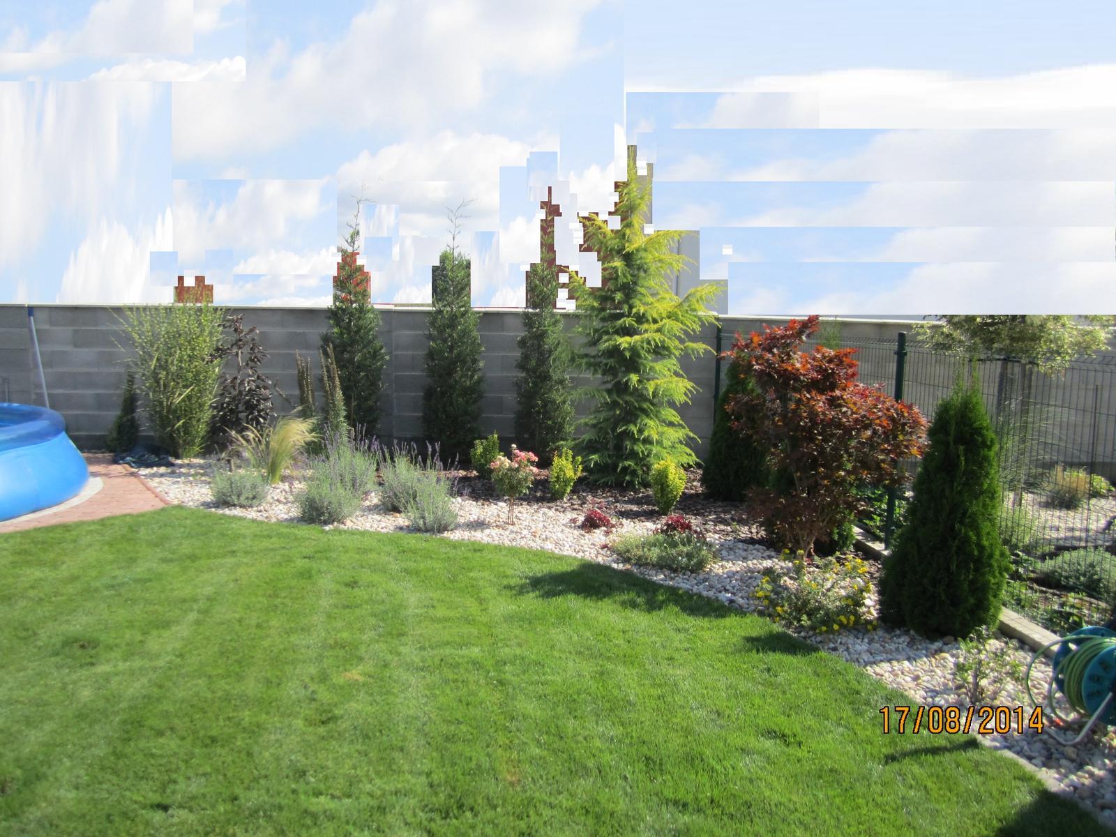 Bývame a dokončievame - po roku a  2 mes od dokoncenia zahradky .