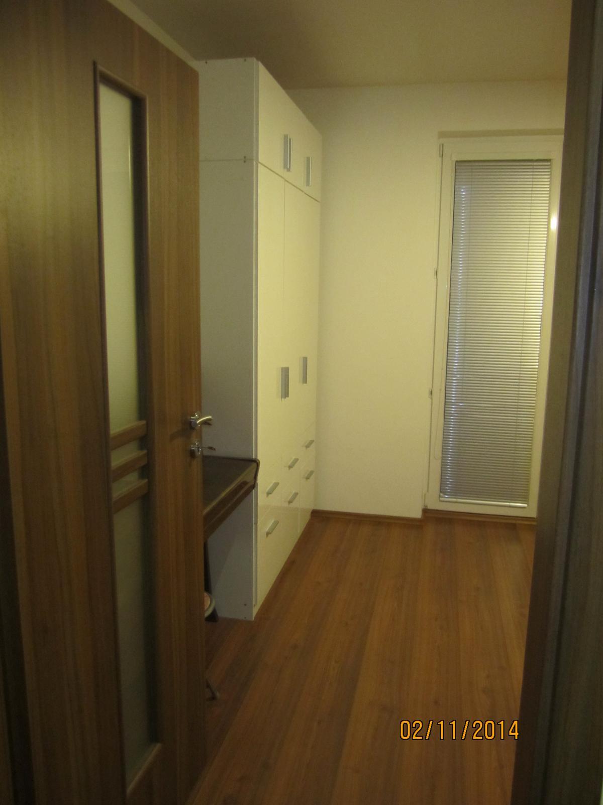 Projekt hostovska  nakoniec detska :-D - pohlad od vchododvych dveri izby... je vecer, umele svetlo posobi trochu smutne na fotkach... chybaju  zavesy, tapeta atd.... aby sa to zutulnilo