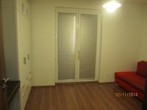 pokus o foto  od vchod. dveri na sirku.... tam napravo bude potom stol, ako vo verzii 1, na okna pribudnu dekoracne zavesy po bokoch, len musim kupit kolajnicu v IKEA