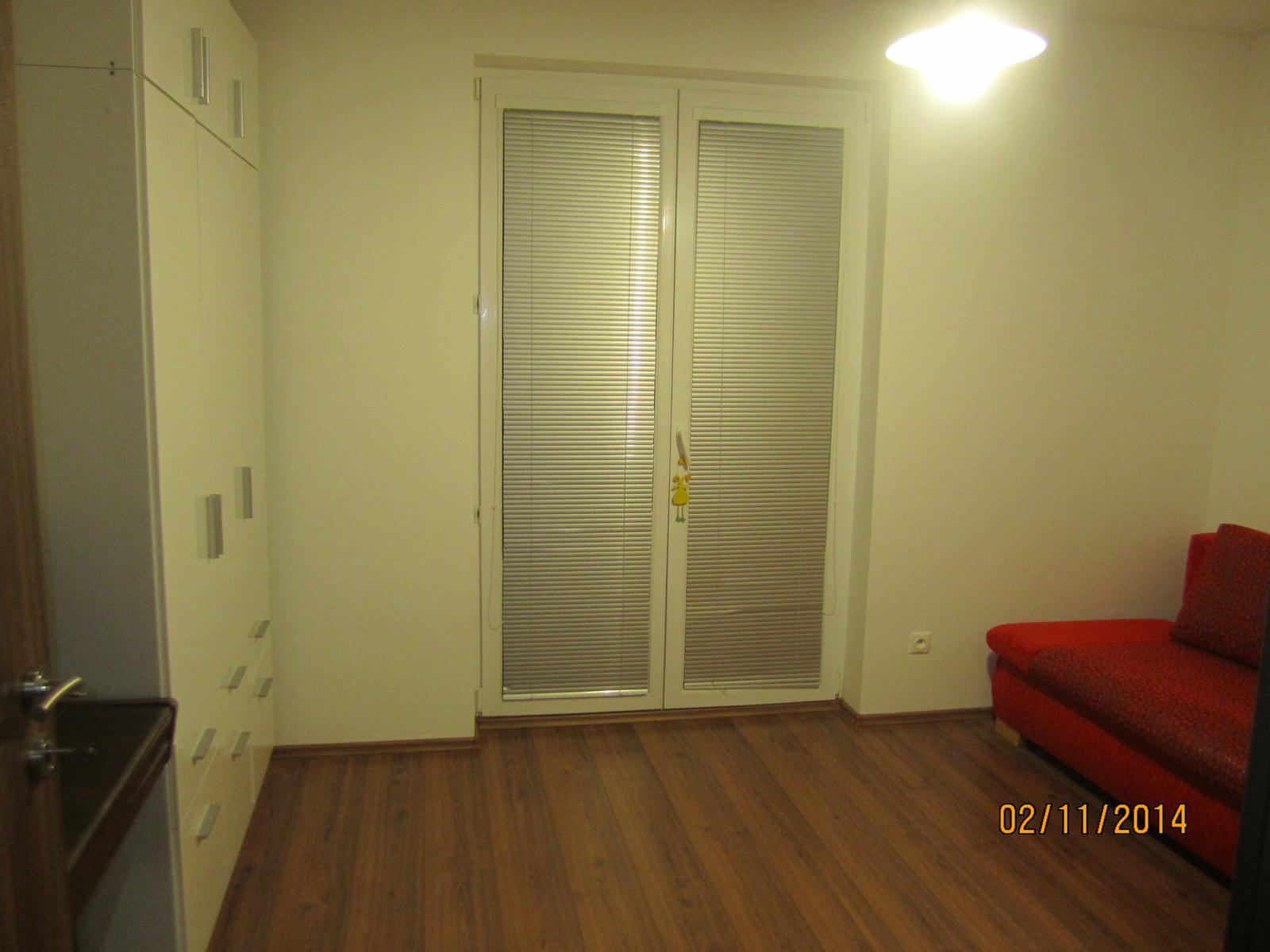 Projekt hostovska  nakoniec detska :-D - pokus o foto  od vchod. dveri na sirku.... tam napravo bude potom stol, ako vo verzii 1, na okna pribudnu dekoracne zavesy po bokoch, len musim kupit kolajnicu v IKEA