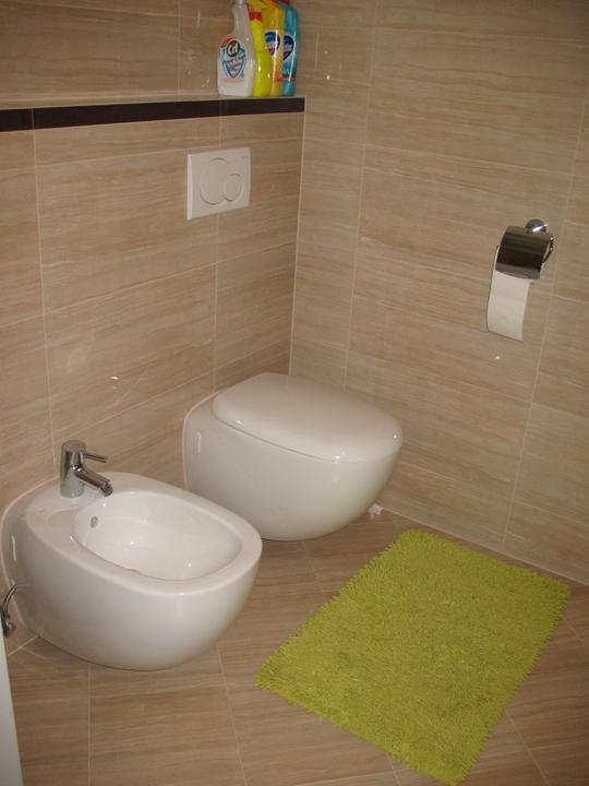 Hniezdocko II - ideme do finale... - WC v kupelni, bidet konecne funkčný a konecne drziak na WC papier