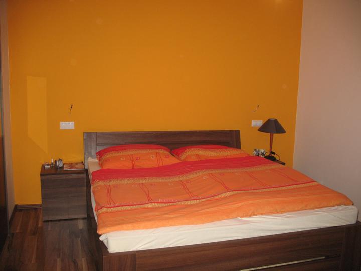 Hniezdocko II - ideme do finale... - Tak experiment č. 1 :) zlta, trochu do oranžova... dcera chodi, ze stale ma pocit, ze sa v tej izbe svieti, takze ucel splneny, uvidime, ci nam z tej sice krasnej, ale jasnej farby nešibne  :) he he :)