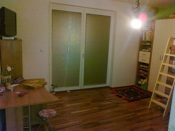 Detska - studentska izba - pohlad od dveri... tam kde je skrina, je pohlad odkial robim načrty....