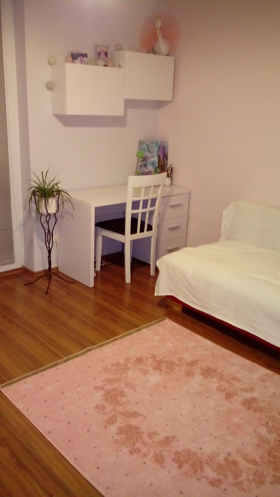 Projekt hostovska  nakoniec detska :-D - pohlad od dveri doprava .. novy koberec a otocena pohovka o 90st
