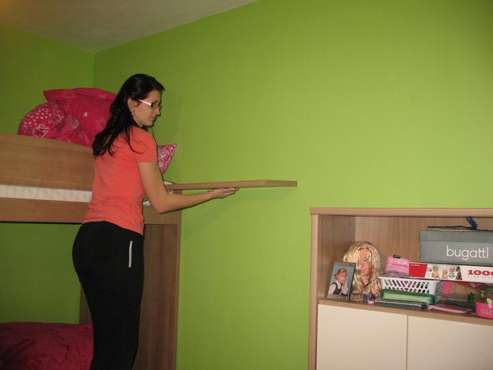 Detska - studentska izba - Uz ma prestalo bavit cakat, kedy sa mojmu bude chciet privrtat police.. ideme na to :)  primeriavame :)  dcerka asistuje :)