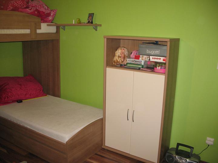 Detska - studentska izba - vysledok.. konecne si ma kam Kristinka dat budik, kapesniky a pod....
