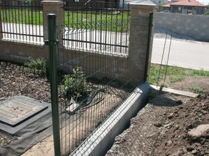 Plot od susedov sa uz rysuje :) :)  dalej bude vyssi, tu sme sa prisposobili vyske predneho plotu....
