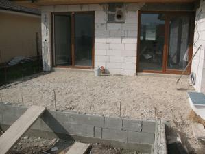vrchna cast terasy komplet dosypana, uz len boky po obvode domu..okamzite sme ju vyuzivali :)