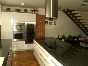 aj toto sa mi paci.. kuchyna ako nasa, len doska a korpusy ine...