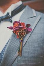 """k manžetovým gombíkom dostal moj drahý takýto kľúč od mojho """"srdca"""" ktorý v deň svadby pripneme s kvietkami na oblek"""