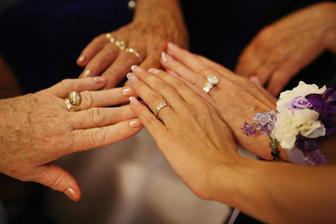 túto fotku som si vyžiadala na pamiatku -ako plynie život... tri generácie: moje dve babičky, maminka a ja.
