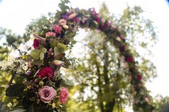 celá slavobrána bola vyzdobená zo živých kvetov
