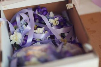 náramky z kvetov pre hostí: ženy,(namiesto pierok), mužom sa pripínal kľúčik s kvietkom