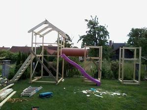 ..když je potřeba zabavit dvě děti a třetí je na cestě.. postavíme jim domácí dětské hřiště