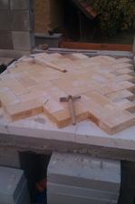naskládané dno pece, uprostřed dřevěná měrka s poloměrem pece, aby mi opisovala kružnici, když se bude stavět kopule