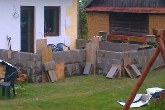 bednění , kolem terasy, poslouží jako opěrná zeď k letní kuchyni a jako sloupky k zastřešení.