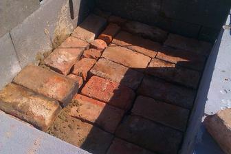 vnitřek jsem sama vyzdila starámi cihlami, co jsme dostali od sousedů, jelikož se jich potřebovali zbavit, aspoň mi to ulehčí šalování betonové plotny