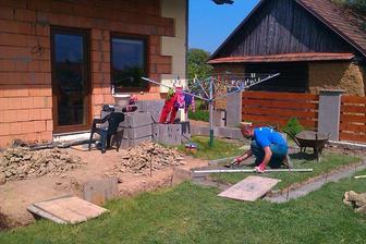 manžel betonuje základy, já stojím vždycky u míchačky