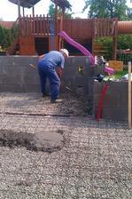 a betonujem podlahu, na to jsme si pozvali tchána zedníka, aby to bylo rovné