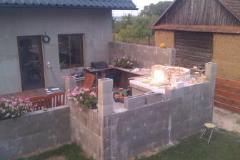 naše pravá část terasy a na ní se už rýsuje pec, přibude ještě udírna, gril a zabudujeme náš velký plynový gril, pro případ rychlého grilování, má i plotýnku na vaření tak si ho necháme