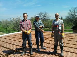 moc děkuji těmto třem chlapům  zleva Manžel Staňa ,jeho táta a vpravo brácha Zbyněk mají největší zásluhu postavili náš dům