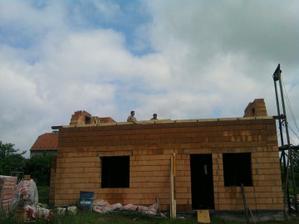 pozednice, vlevo okno obyvák, v pravo okno a franc. dveře kuchyň , vchod na budoucí terasu