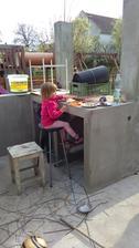 při pořádné práci, taky pořádné jídlo.. tohle byly steiky z udírny.. cca za 2h hotové. tu barovou židličku máme ještě z původního bytu, tak se tu kdesy pořád povalovala na půdě, no a už si našla svoje místo..tahle část bude na přípravu pokrmů do pec
