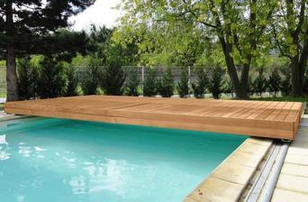 posuv na bazén si pak vyrobíme sami. je to ocelová konstrukce, a na ní desky..