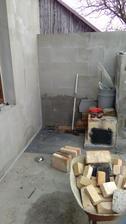 po zimě jsem koutek vyklidila, byl zde stavební materiál co zůstal od loňska a zde bude obezděno topeniště udírny a vyzděno umyvadlo, vodu provrtáme z domu , je potřeba protálnout trubku cca 2m z domu.