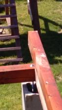 detail ukotvení závitovou tyčí, sloupek se dobetonuje