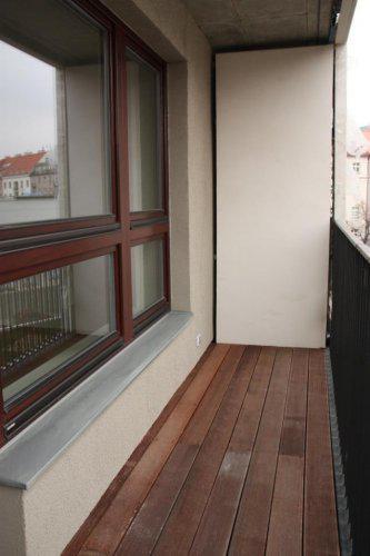 Bydlení v pivovaru - Balkon - krasny rost z tropickeho dreva